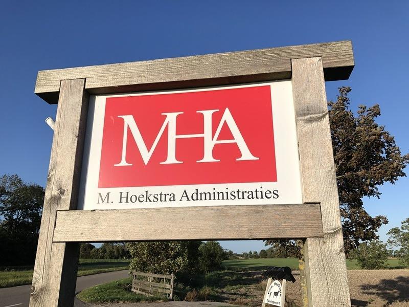 Bord bij kantoor M. Hoekstra Administraties in Minnertsga