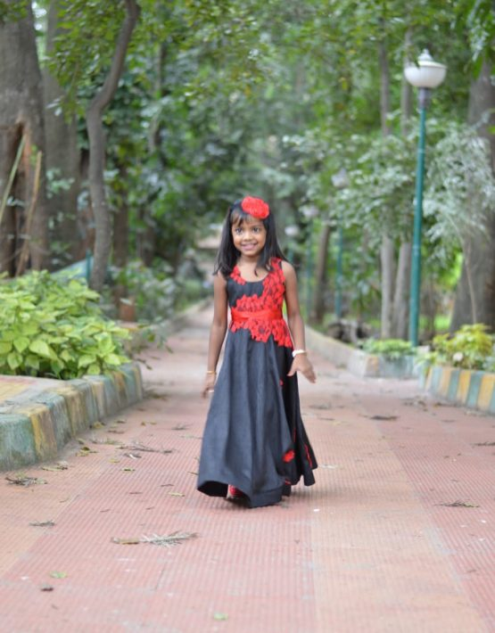 /assets/images/Black-gown3-555x710.jpg