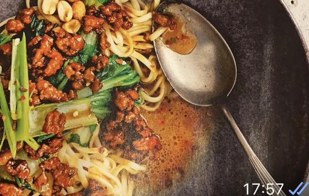 Noedels met heerlijk pittig gember gehakt en groenten.