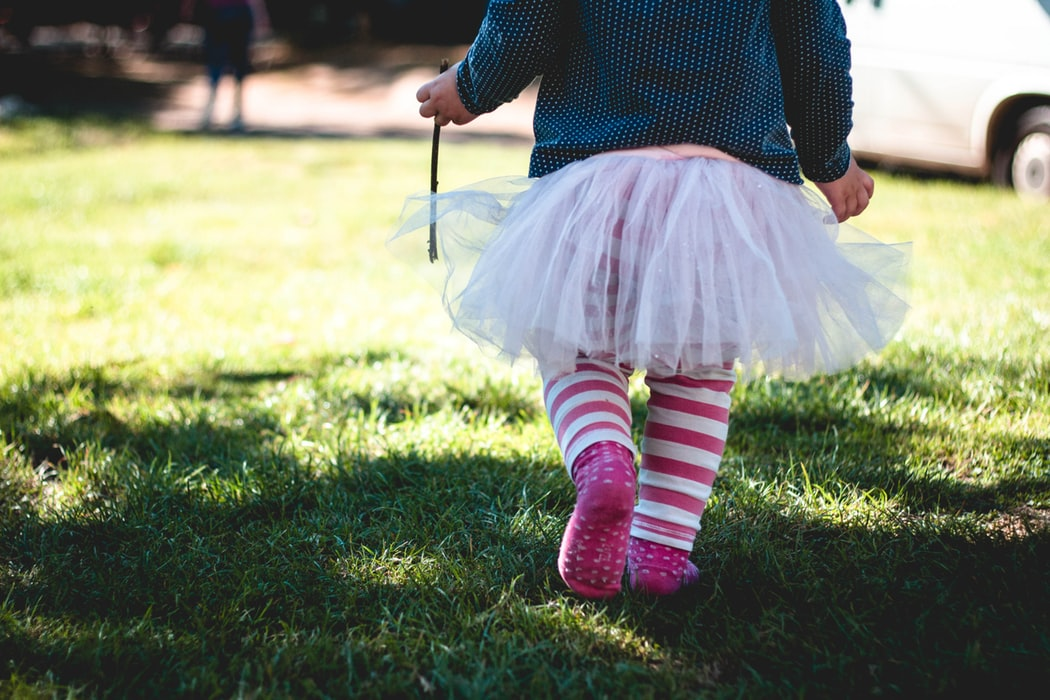 child-playing-in-grass-nz-ece