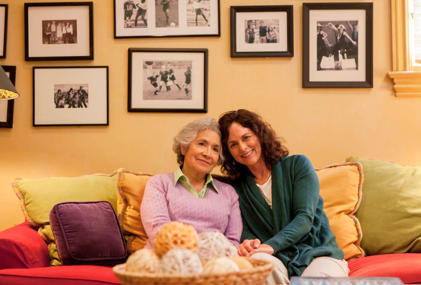 Mère, fille, divan, images, mur, alzheimer