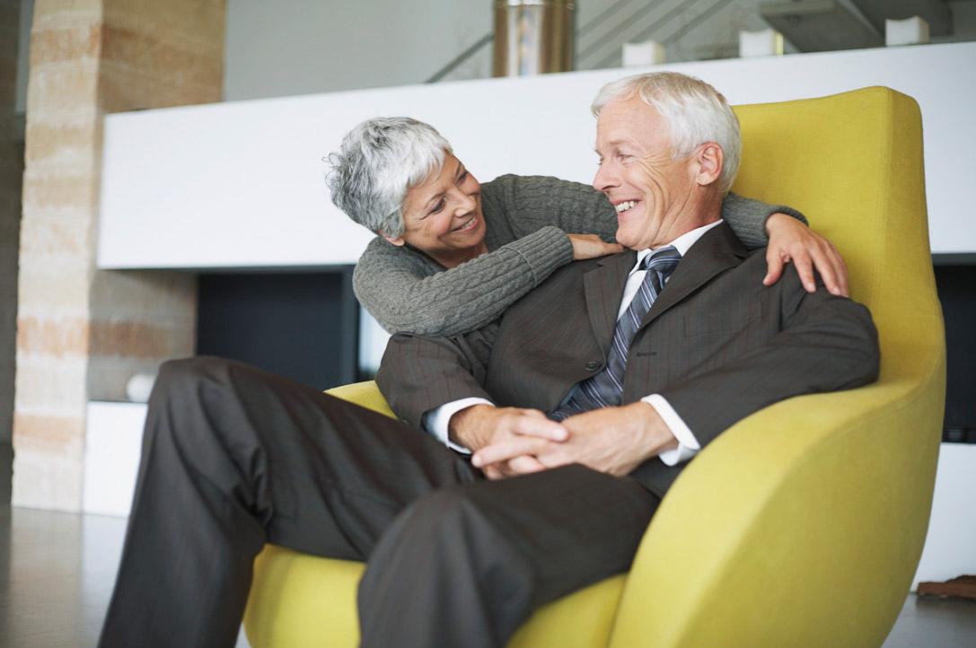 des aînés assit dans une chaise jaune