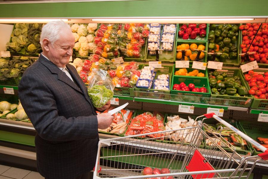 ainés qui achete des fruits et legumes