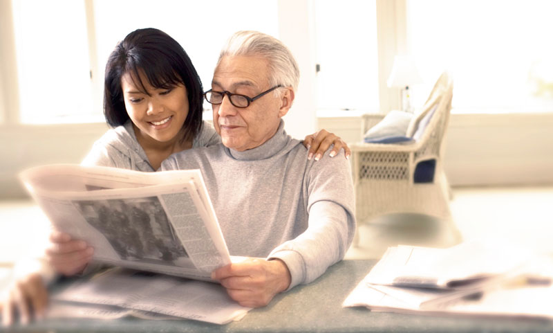 aide-residante avec homme lire