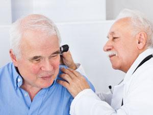 ainés qui recoit un examin pour probleme auditives