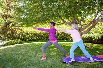 aînées qui pratique du yoga et étirement