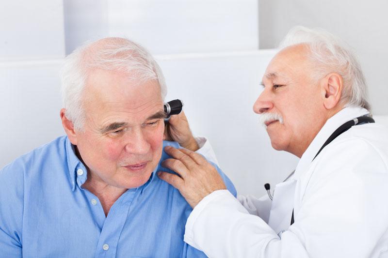 ainés avec docteur qui verifie ces oreilles pour des probleme auditives
