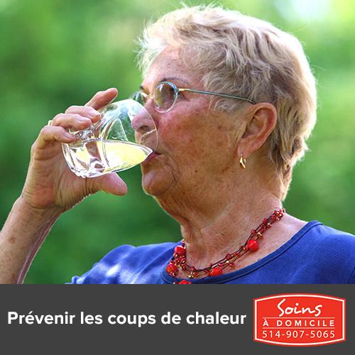 ainées qui boi de l'eau pour prévention de coups de chaleur