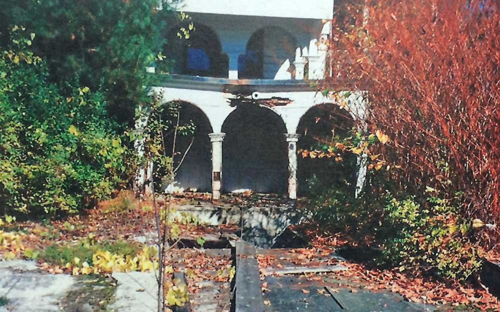 arches by former reflecting pool