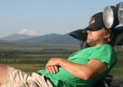 Entspannen auf der Defender Motorhaube im Denali Nationalpark