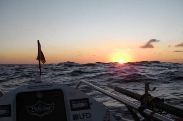 Janice Jakait fotografiert den Sonnenuntergang während ihres Rudertrips über den Ozean.