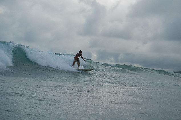 Maximilian Martin surft auf Galapagos.