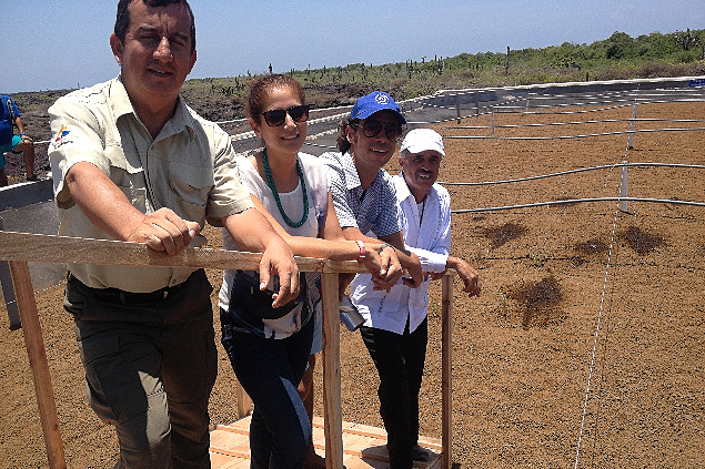 Maximilian Martin und Mitarbeiter seiner Firma Orcatec auf den Galapagosinseln.