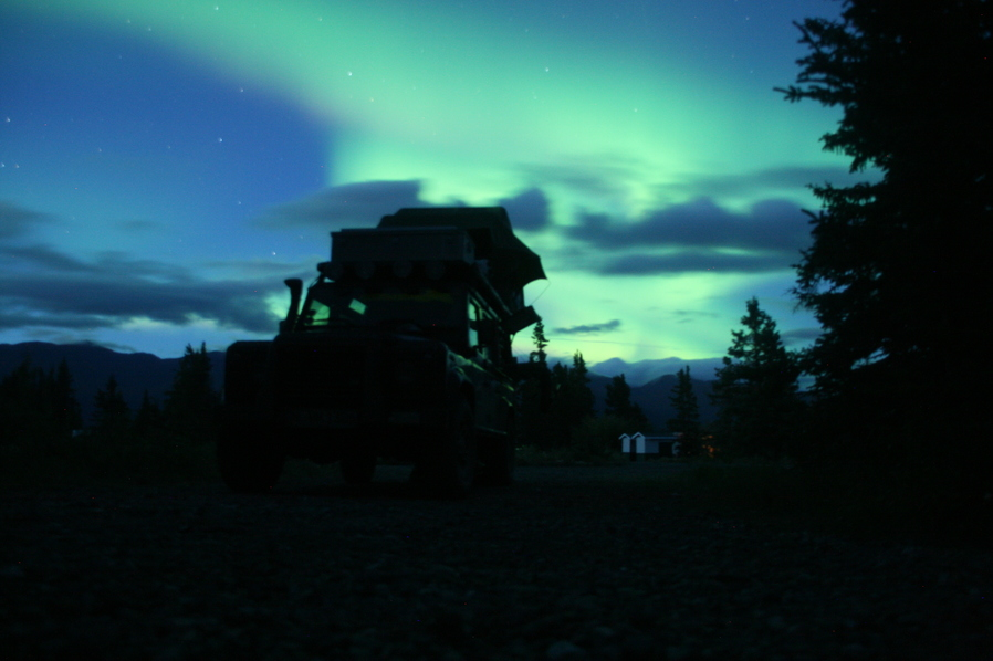 Polarlichter in Alaska über dem Dachzelt