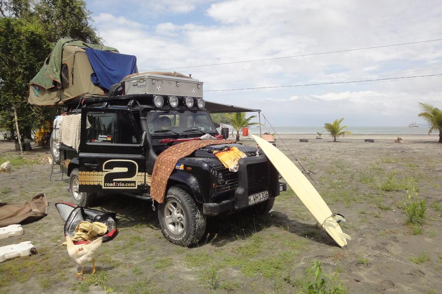 Camping im Geländewagen in Mompiche in Ecuador