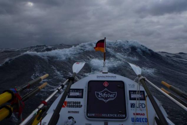 Janice Jakaits Ruderboot im Sturm während ihres Rudertrips über den Ozean.