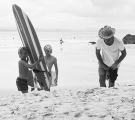 Courtney Adamos Männer am Strand