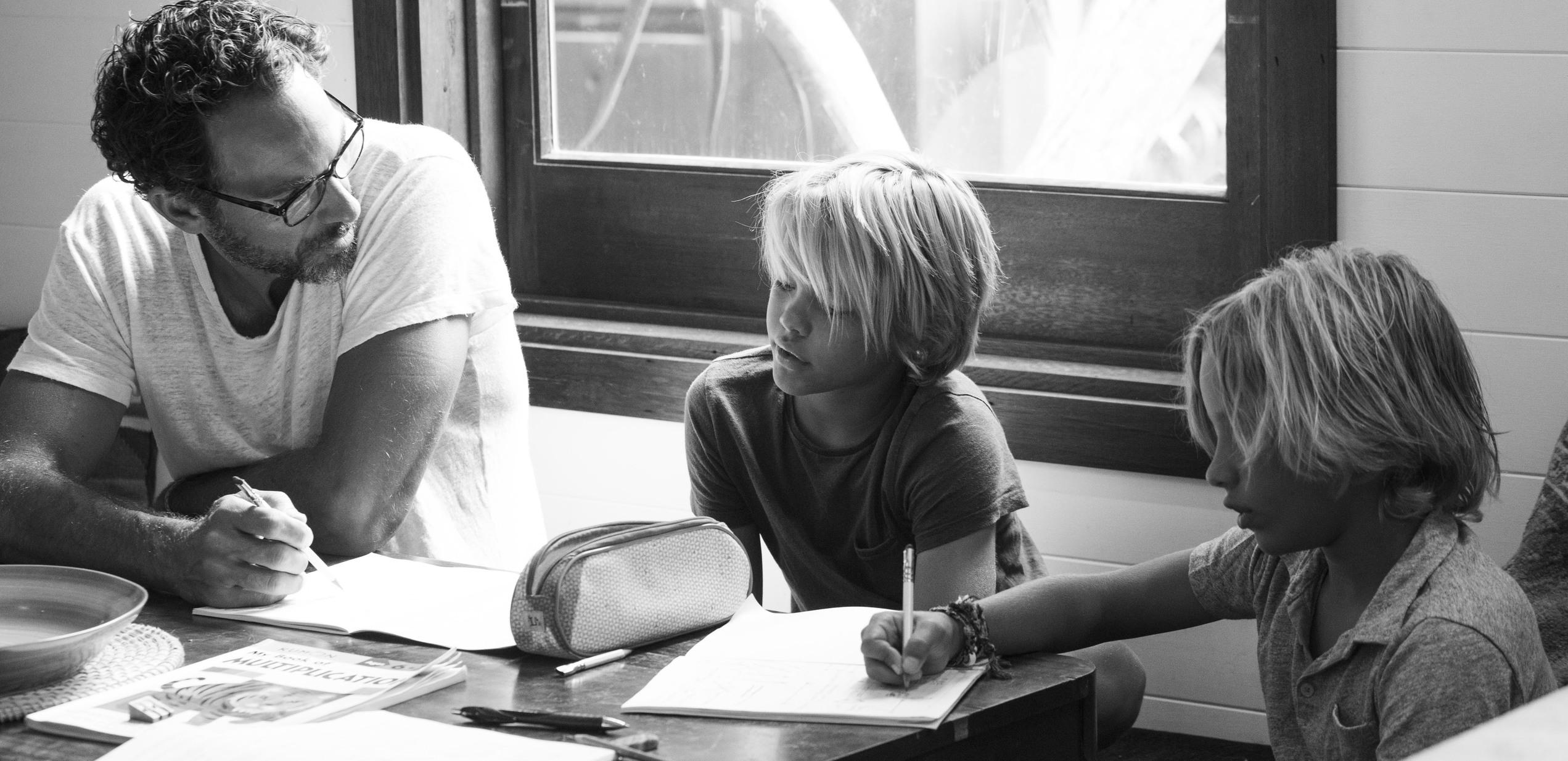 Courtney Adamos Mann Michael unterrichtet die Kinder
