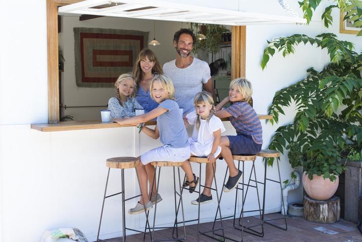 Courtney Adamo und ihre Familie in einem Restaurant
