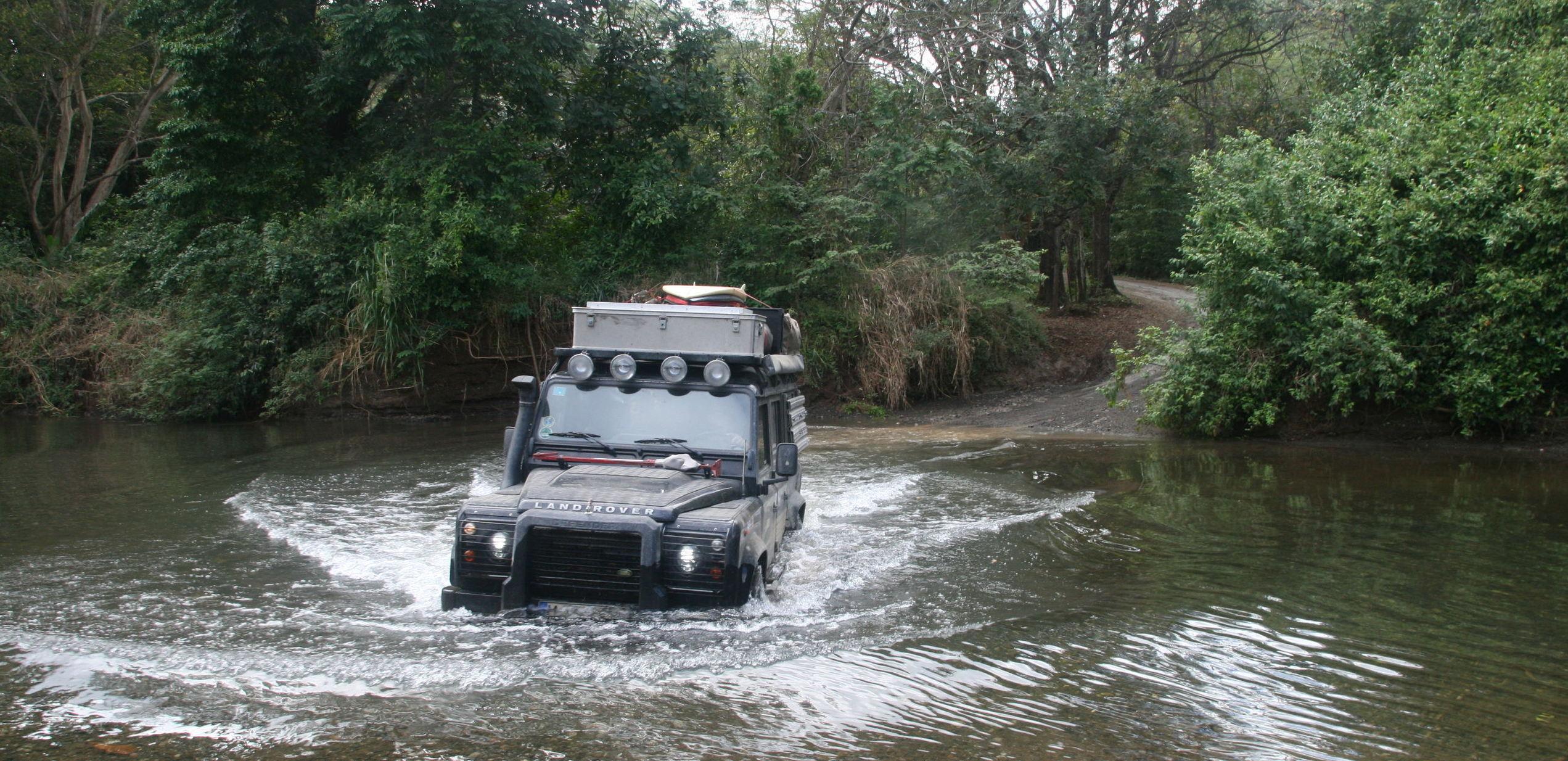 Mit dem Land Rover Defender eine Flußdurchquerung in Costa Rica