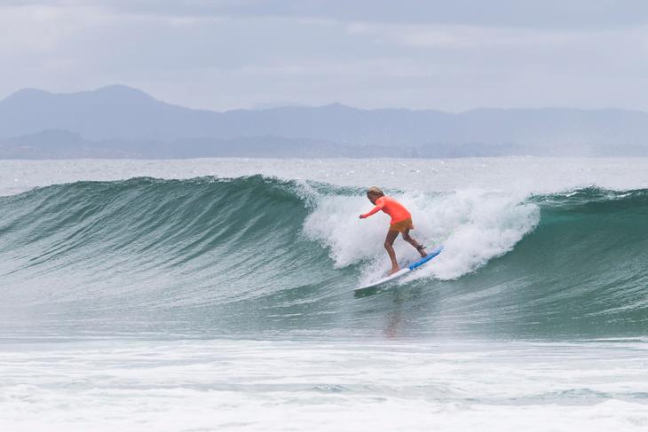 Courtney Adamos Sohn Easton surft am Strand von Byron Bay