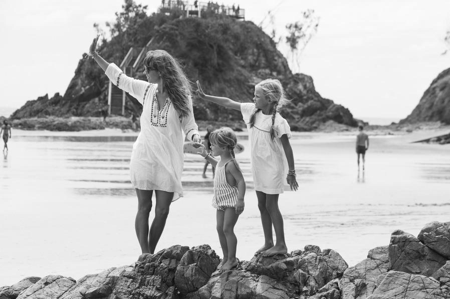Courtney Adamo und ihre Töchter am Strand.