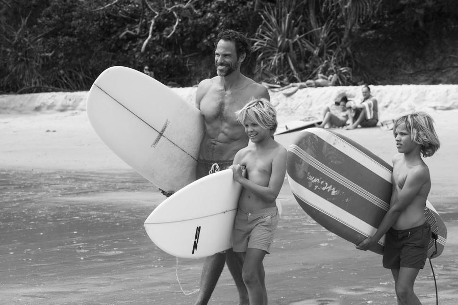 Courtney Adamos Mann und Söhne beim Surfen