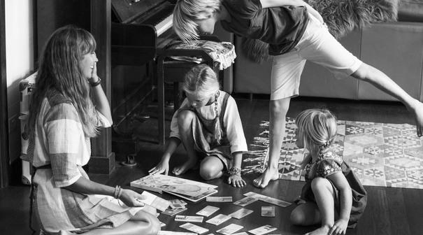 Courtney Adamo spielt mit ihren Kindern