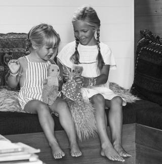Courtney Adamos Töchter spielen