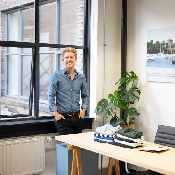 Een foto van Joep Groenink die in zijn kantoor staat