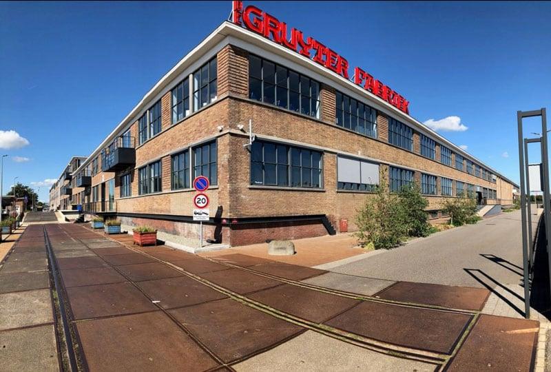 Een mooi perspectief van de buitenkant van de Gruyterfabriek in Den Bosch
