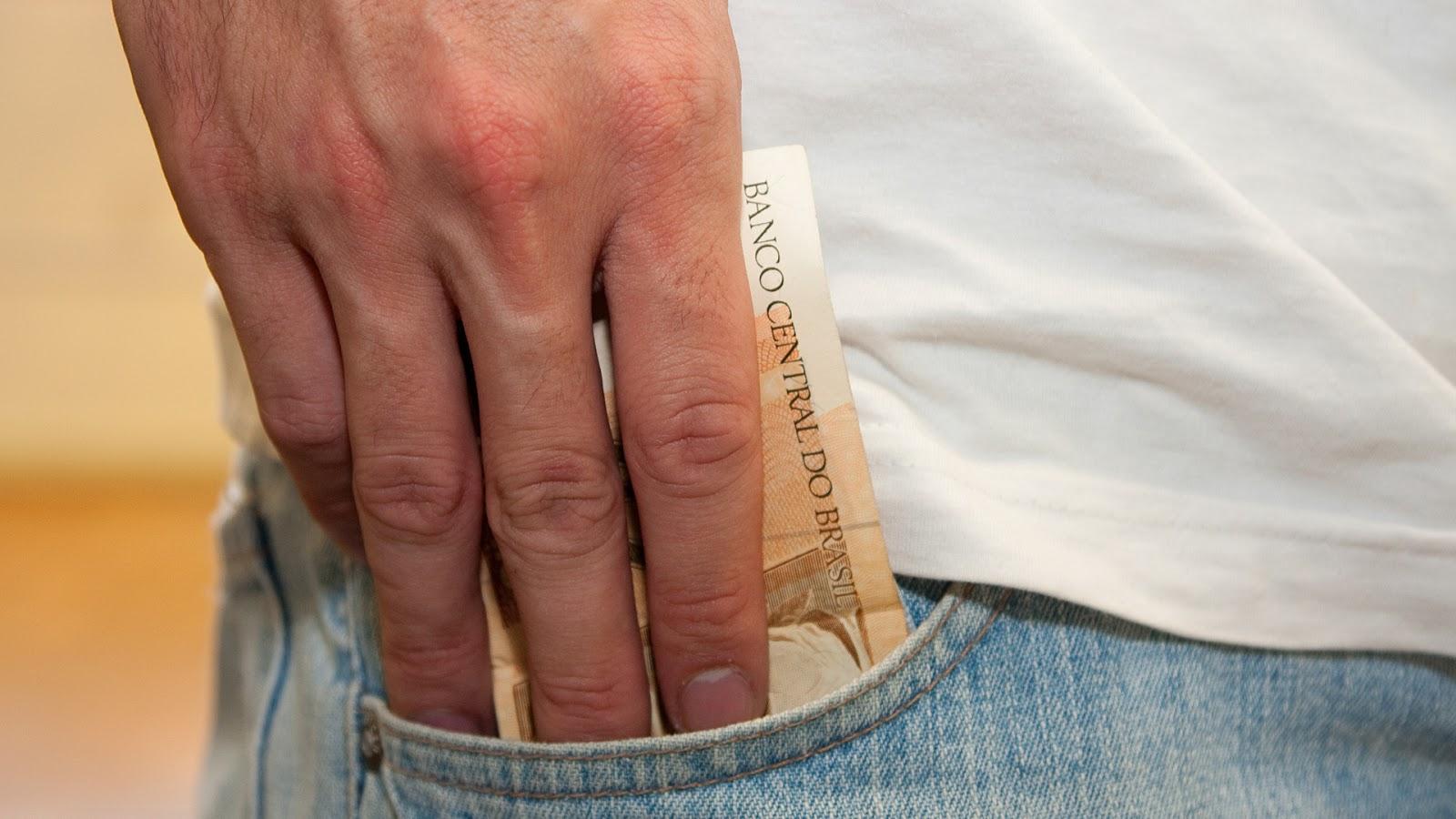 O mês acabou e sobrou dinheiro? Confira dicas do que fazer com a renda extra!