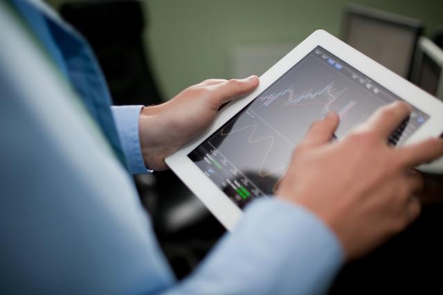 5 corretoras para investir em ações e no tesouro direto