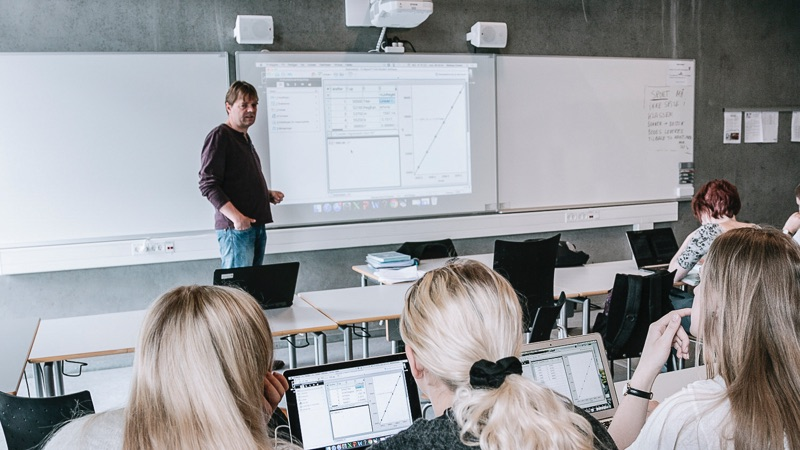 Cableless projectors in education