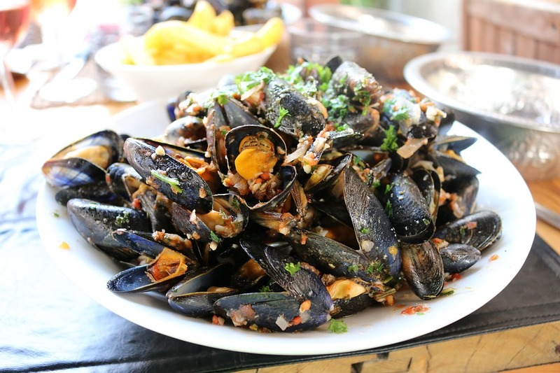 Food poisoning associated with consumption of raw mussels