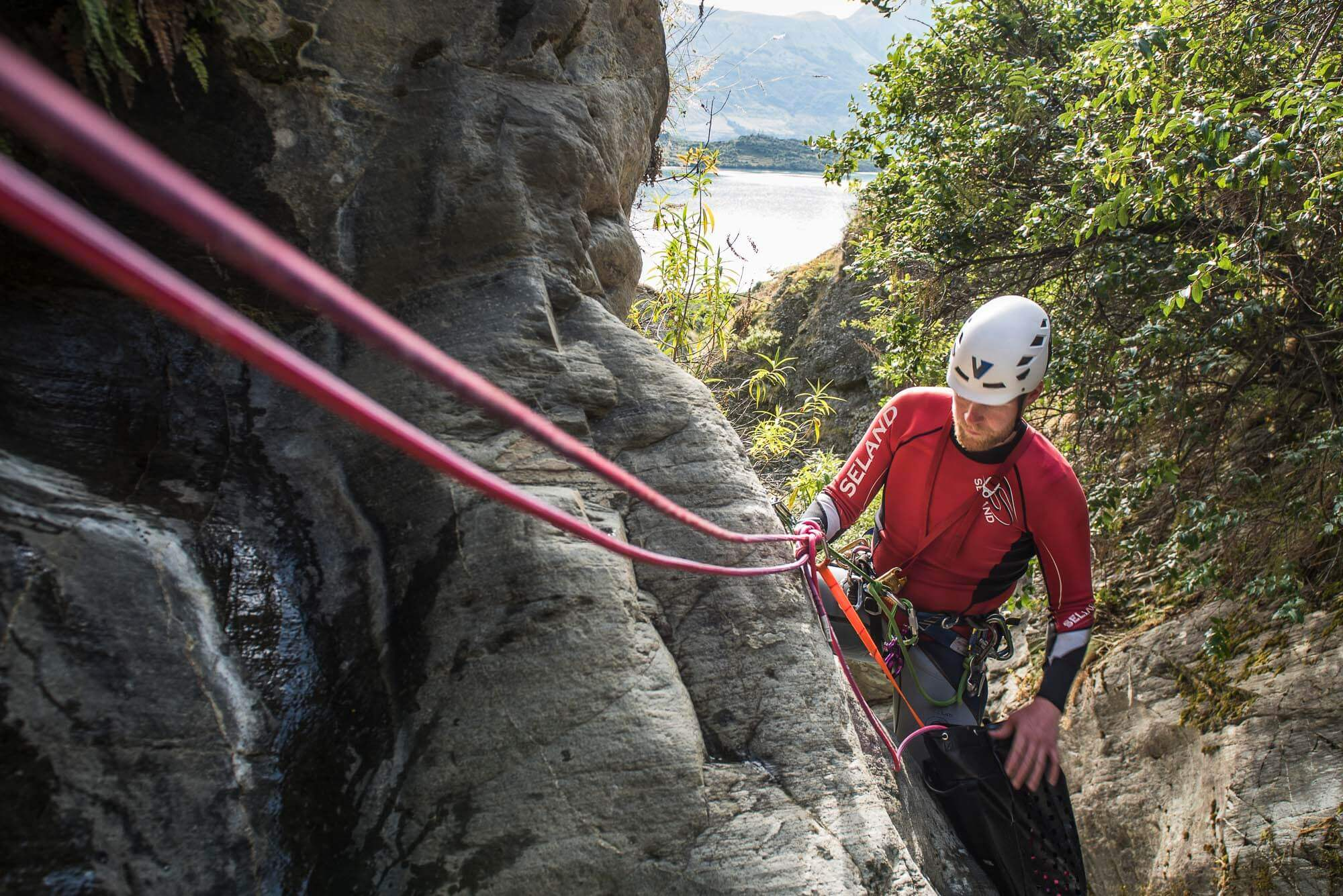 Canyoning techniques traverse line © V7 Academy