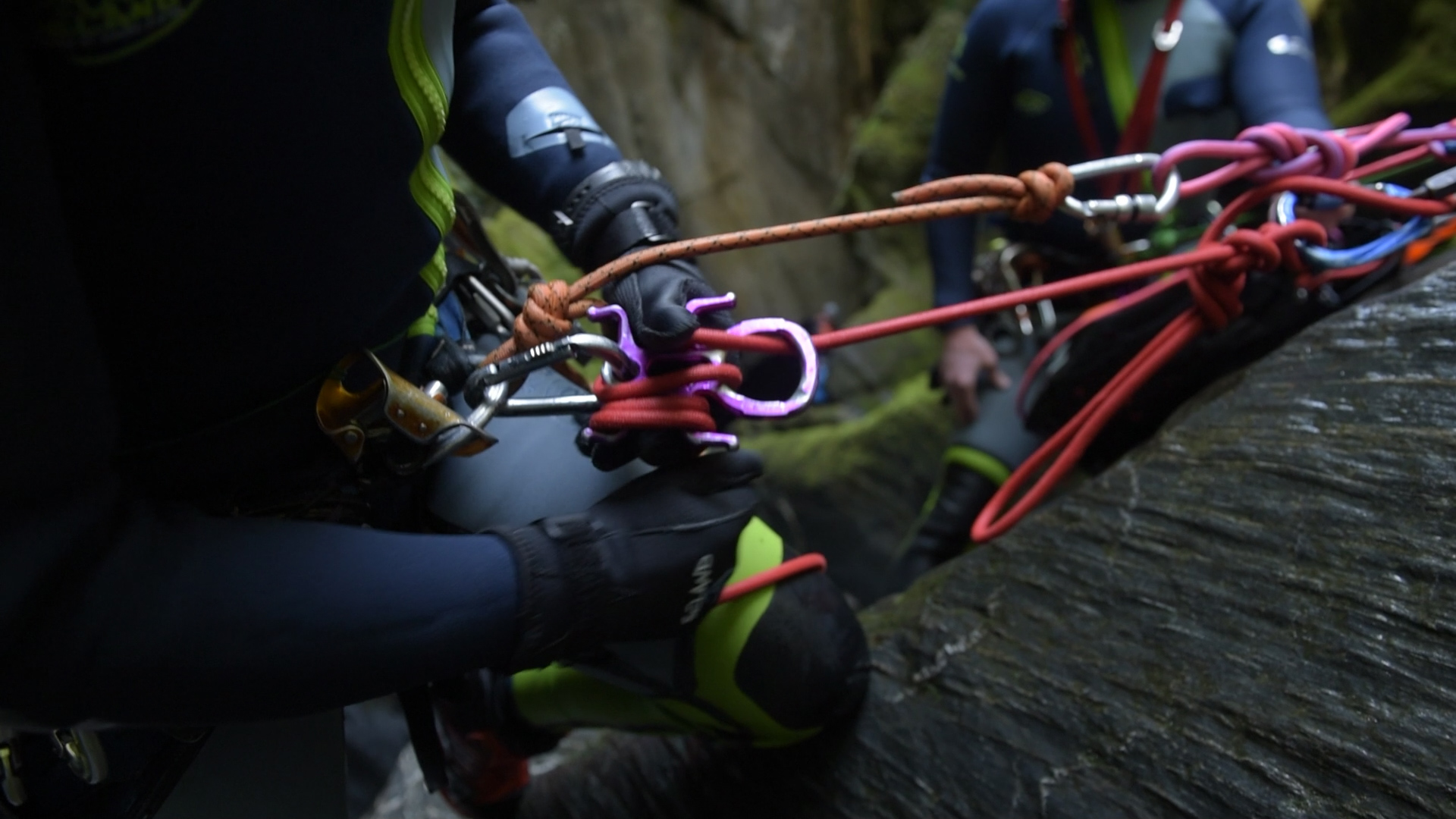 Canyoning descenders friction modes