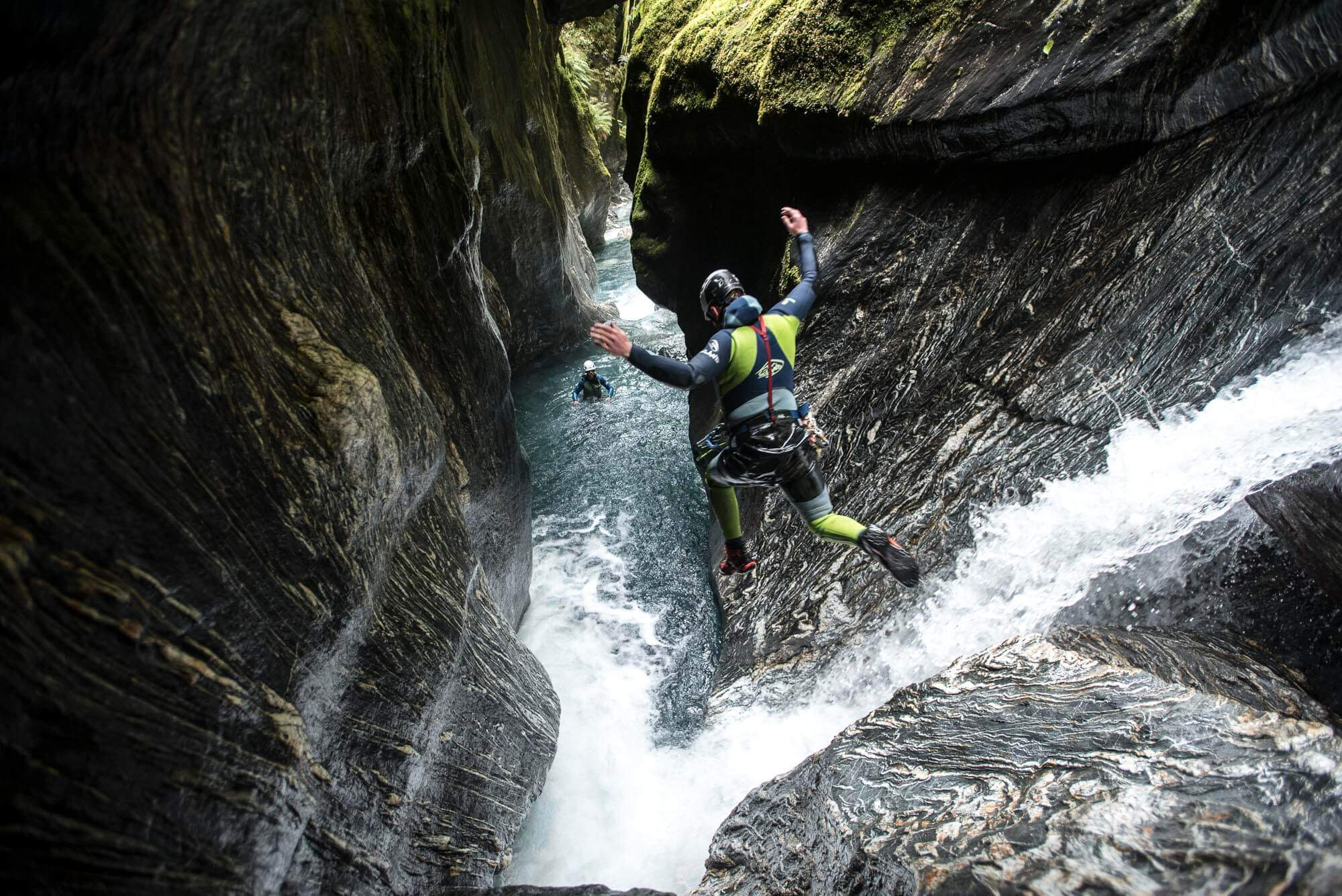 Canyoning technique of jumping in the canyon © V7 Academy